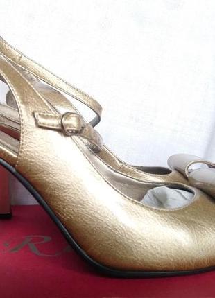 Золотистые босоножки на устойчивом каблуке