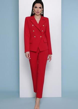 Элегантный красный костюм
