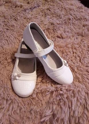 Белые туфельки с ремешком.