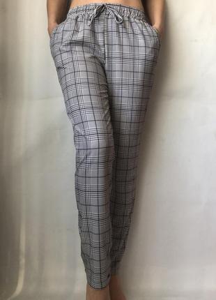 Серые брюки в клетку