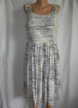 Красивое нежное новое платье с принтом
