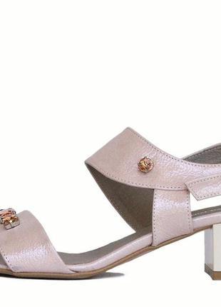 Бежевые босоножки на широком каблуке