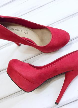 Яркие туфли на каблуке taccardi