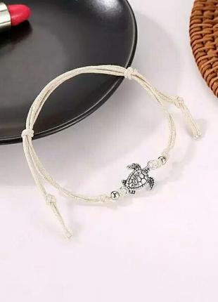 Пляжный браслет белого цвета с черепашкой минимализм