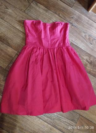 Яркое платье-бюстье.