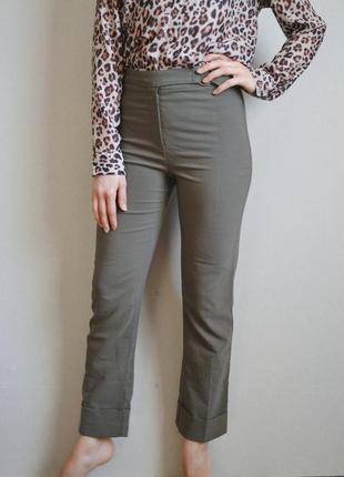 Прямые брюки с актуальными подкатами и имитацией ремешка цвета хаки