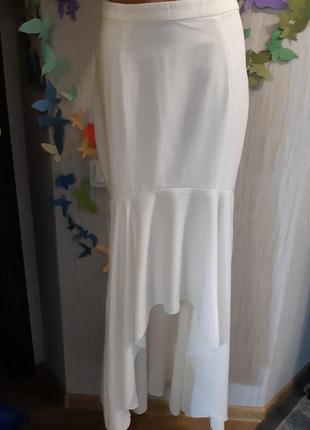 Длинная белая юбка с рюшкой