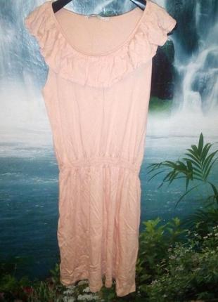 Персиковое платье с воланом