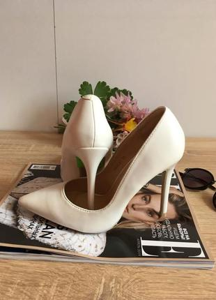 Туфли белые на каблуке2 фото