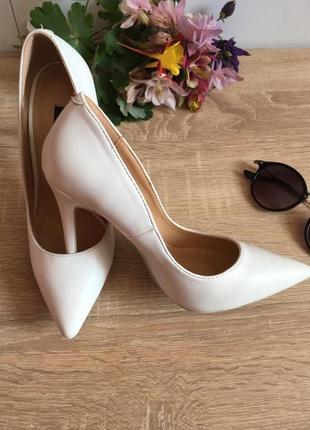 Туфли белые на каблуке3 фото