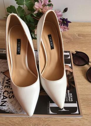 Туфли белые на каблуке4 фото