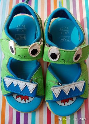Прикольні босоніжки - крокодильчики6 фото