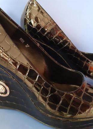 Классные туфли на танкетке
