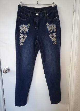 Мом джинсы с вышивкой