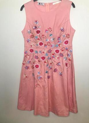 Сукня з вишивкою в квіти