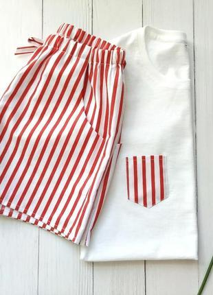 Женская пижама в красную полоску с шортами