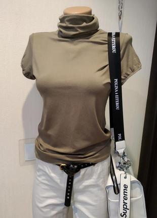 Стильная футболка-водолазка с короткими рукавами цвета хаки