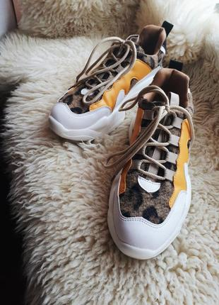 Кроссовки с массивной подошвой в леопардовый принт