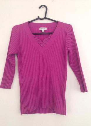 Яркий пуловер с  гипюровым вырезом