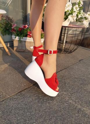 Стильные замшевые босоножки на платформе (красные)