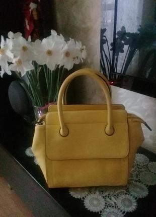 Яркая модная кожаная сумка, идеальное состояние