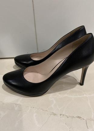 Чёрные классические кожаные туфли miu miu