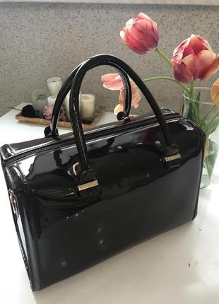 Натуральная лаковая сумка саквояж глубокого шоколадного цвета victoria beckham