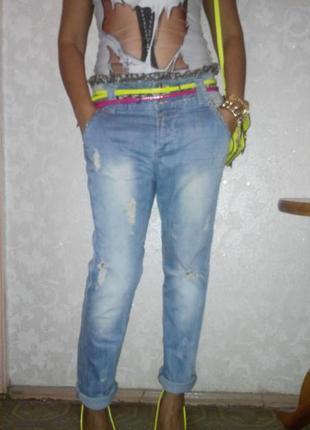 Актуальные рваные джинсы с красивым поясом
