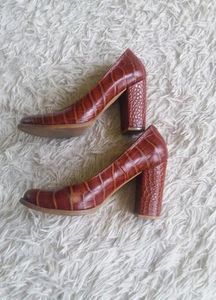 Кожаные туфли на толстом каблуке