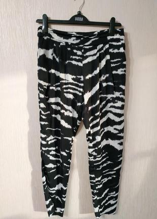 Актуальные легкие брюки звериный принт зебра mango размер l