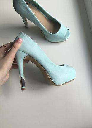 Шикарные туфли босоножки на каблуке нереального цвета