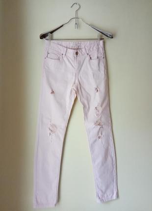 Рваные джинсы пудрового цвета