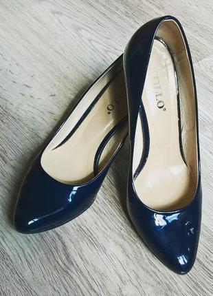 Синие лакированные туфли на шпильке