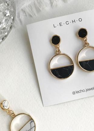 Черные серьги каменные золотые круглые сережки мраморные полукруглые золотистые