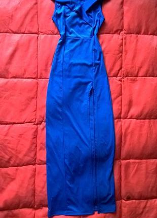 Шикарное ярко синее платье в пол с оголенными плечами и сексуальным разрезом на ноге