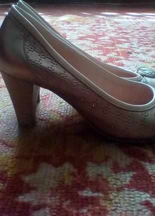 Кожаные золотистые туфельки на узкую ногу,made in italy.