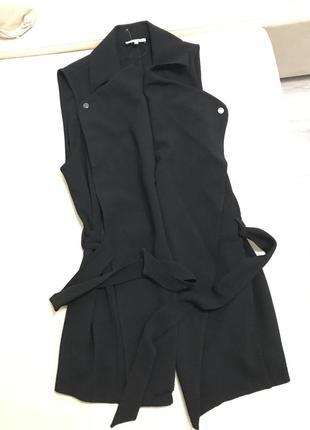 Стильная черная удлиненная жилетка под пояс3 фото