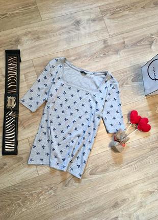 Котоновая футболка с птичками и красивым вырезом спереди