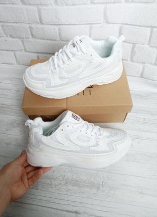 Белые лёгкие кроссовки