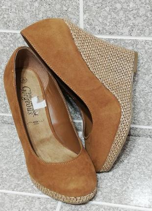 Женские стильные туфли на танкетке