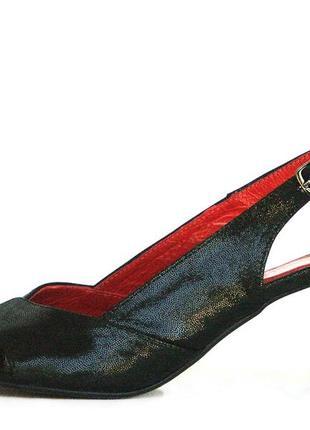 Кожаные красно-черные босоножки
