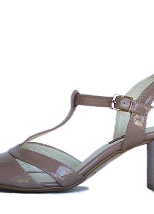 Босоножки бежевого цвета на каблуке