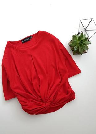 Красная футболка в рубчик с вырезом на запах