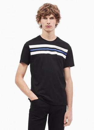 Модная черная футболка с принтом calvin klein