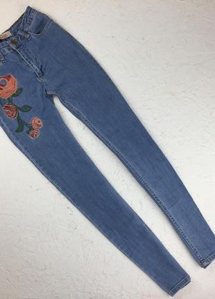 Джинсы с вышивкой red blue jeans  зауженные цветочная вышивка