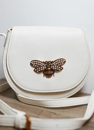 Белая маленькая сумочка с брошкой сумка particolari италия