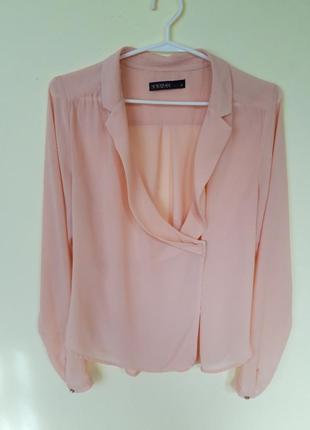 Блуза нюдового кольору на запах