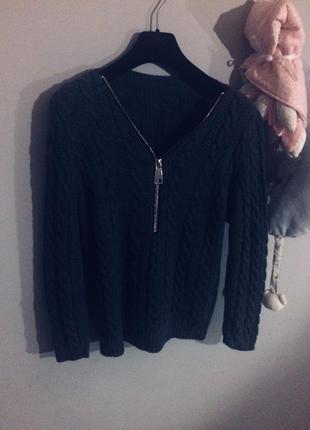 Серый свитер с замком