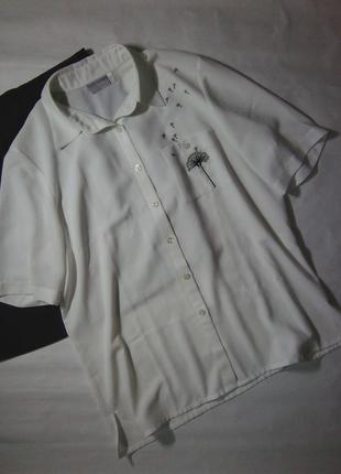 Красива біла рубашка з вишивкою delmod