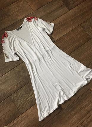 Белое платье на запах.